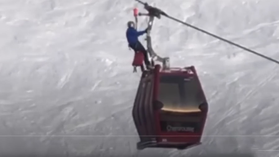 Helicopter crews rescue 150 skiers from stuck gondola lifts in French Alps (VIDEOS)