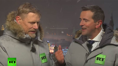 Snow joke: Peter Schmeichel braves Russian winter to kick off RT World Cup coverage (VIDEO)