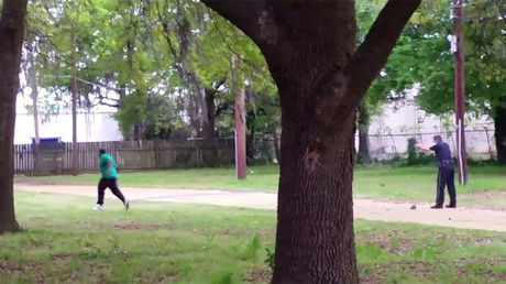 North Charleston police officer Michael Slager (R) is seen shooting 50-year-old Walter Scott in the back as he runs away, in this still image from video in North Charleston, South Carolina  © Reuters