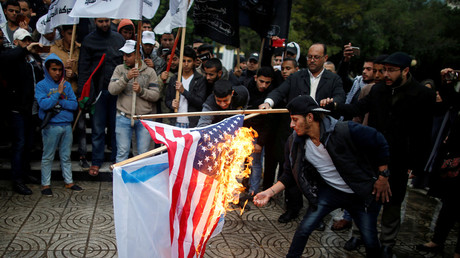 Palestinians burn an Israeli and a US flag during a protest against US intention to move its embassy to Jerusalem and recognize the city as Israel's capital, in Gaza City December 6, 2017 © Mohammed Salem