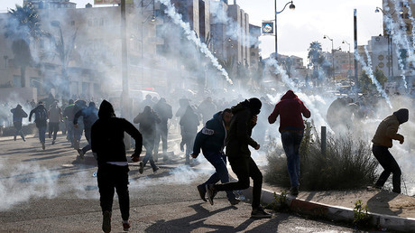 Palestinian protesters run from tear gas fired by Israeli troops near the West Bank city of Ramallah December 7, 2017 © Mohamad Torokman / Reuters