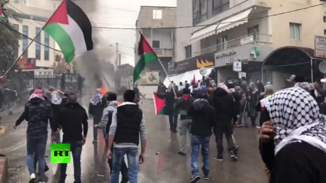 Santa costume-clad Palestinian protesters clash with Israeli forces in Bethlehem (VIDEO)