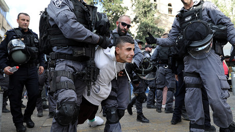 Israeli policeman punches woman in face as Jerusalem protests get heated (VIDEO)