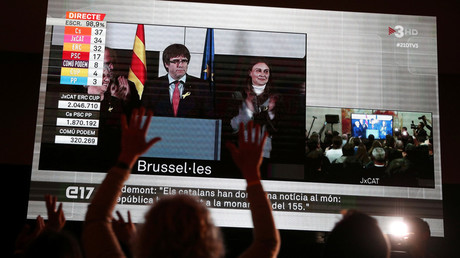 People watch Carles Puigdemont, the dismissed President of Catalonia, after Catalonia's regional election in Brussels, on a giant screen in Barcelona, Spain, December 21, 2017 © Albert Gea
