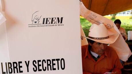 A man prepares his ballot to vote for governor of the State of Mexico, at a polling station in San Pedro Atlapulco in the State of Mexico June 4, 2017 / Carlos Jasso