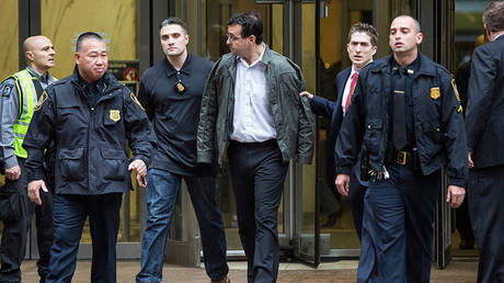 Attorney Evan Greebel (C), is brought out of 26 Federal Plaza by law enforcement officials after being arrested as a co-defendent with Turing Pharmaceutical CEO Martin Shkreli for securities fraud on December 17, 2015 in New York City © Andrew Burton / Getty Images / AFP