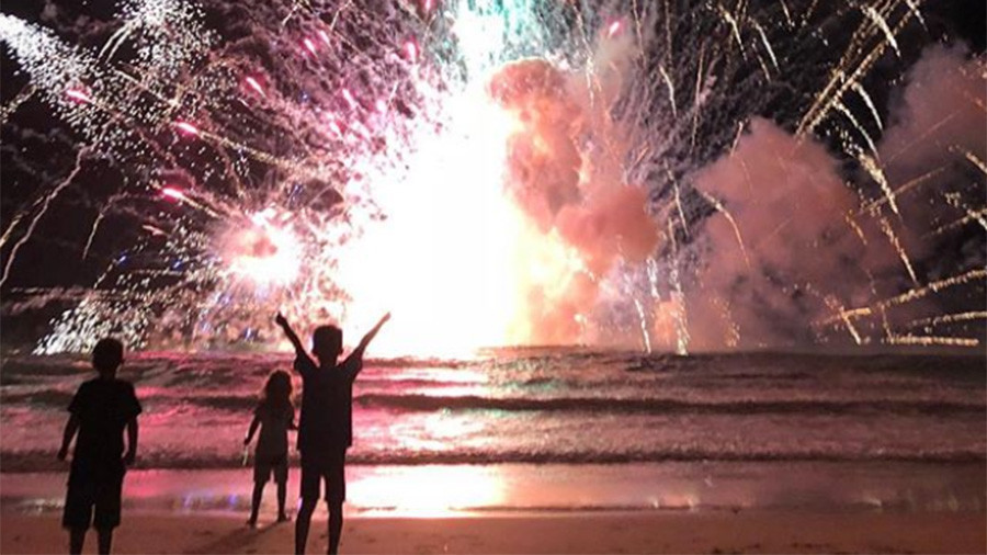 Thousands flee fireworks blasts as New Year's celebrations go wrong at Aussie beach (PHOTOS, VIDEOS)