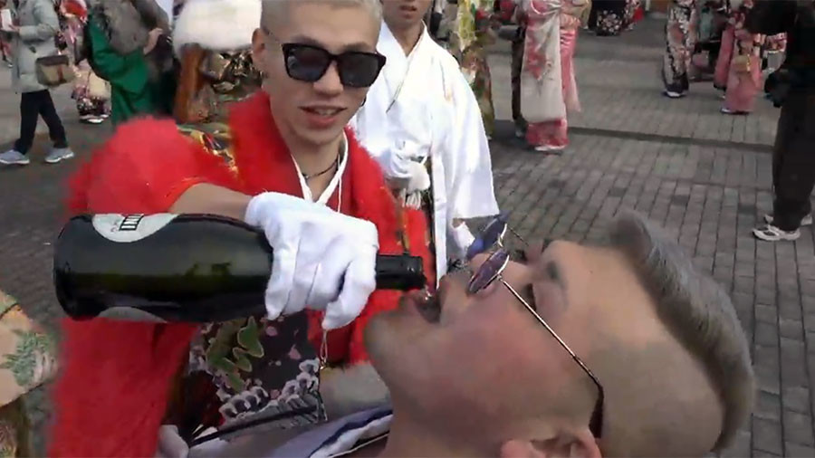 Kanpai! Booze & flashy fabrics flow as Japanese youth celebrate Coming of Age Day (VIDEO)