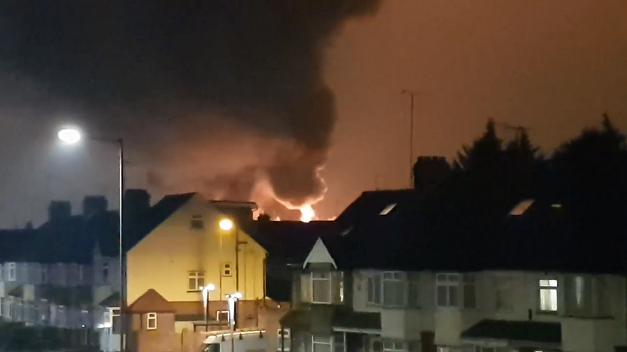 Huge fire engulfs paint factory in London (PHOTOS, VIDEOS)