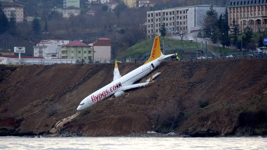 Terrified passengers crawl out of Turkish plane that slid off runway, hung over Black Sea (VIDEO)