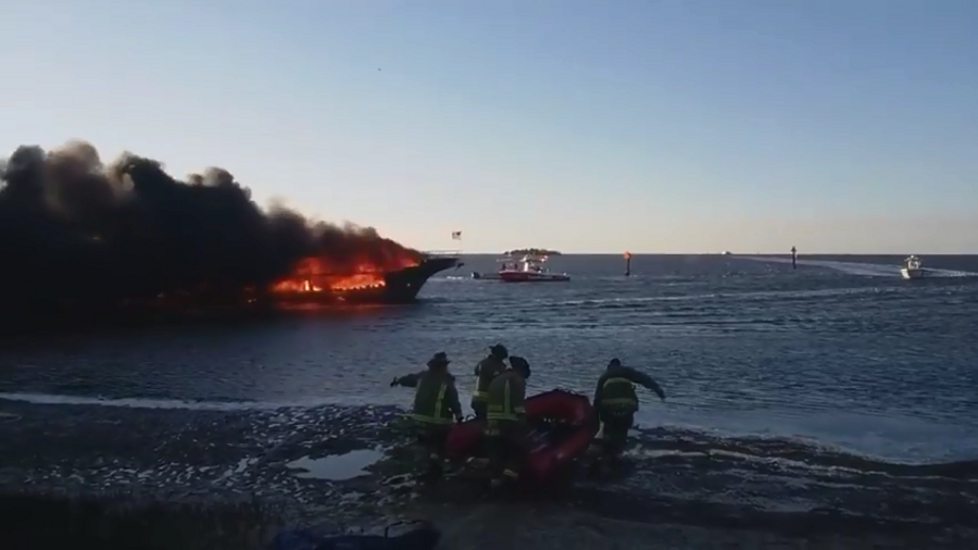Fire engulfs Florida casino boat, forcing 50 to jump overboard (VIDEOS)