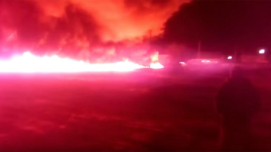 Wall of fire: Oil pipe leak sparks huge blaze in Russian village (VIDEO)