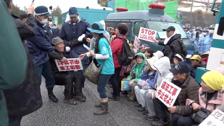 Trucks v protesters: Okinawa police forcibly remove anti-US base sit-in (VIDEO)