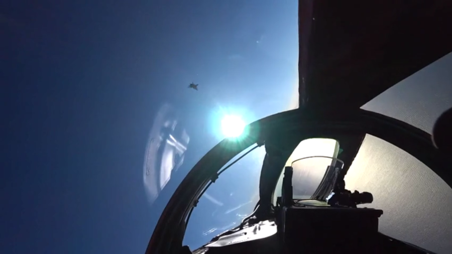 Russian supersonic MiG-31s face off in stratosphere training (VIDEO)