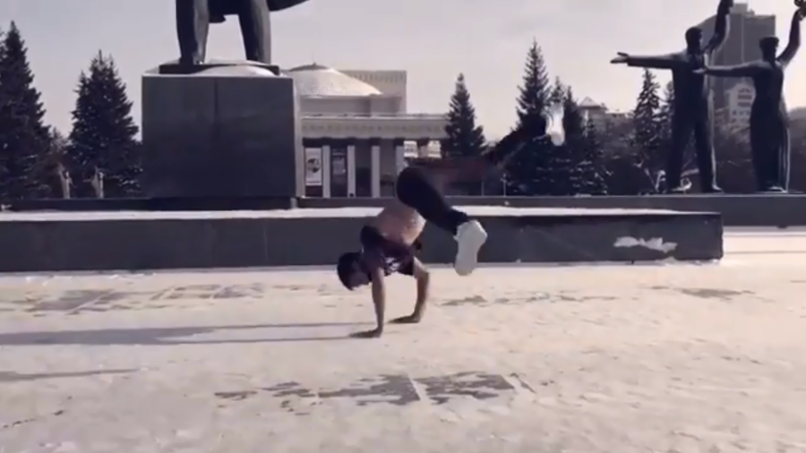 Freezing streets, red-hot moves: Russian breakdance team braves -29C (VIDEO)