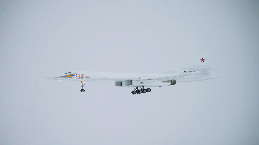 Tu-160 Blackjack piercing snowy skies at low altitude caught on camera (VIDEO)