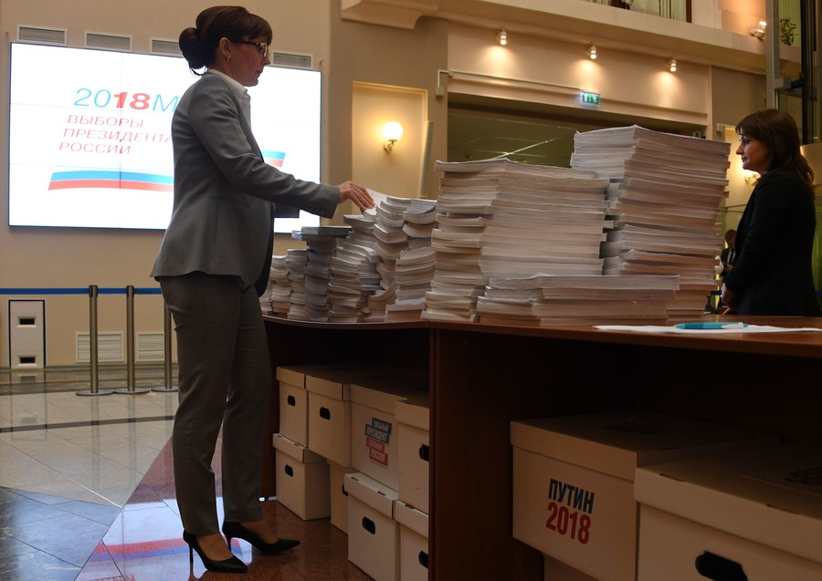 Putin HQ submits 315,000 supporters' signatures to Central Election Commission