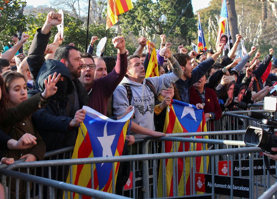 Pro-independence protesters break police cordon on way to Catalan parliament (VIDEOS)