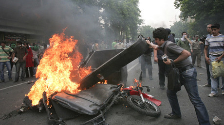 FILE PHOTO Supporters of Iran's moderate presidential candidate Mirhossein Mousavi set fire to a dumpster and a motorcycle on the road during post-election unrest in Tehran June 13, 2009 © Reuters