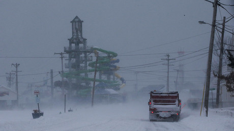 A car drives near one of the water parks during Storm Grayson at the Jersey shore in Keansburg, New Jersey, US, January 4, 2018 © Eduardo Munoz