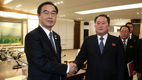 Head of the North Korean delegation, Ri Son Gwon shakes hands with South Korean counterpart Cho Myoung-gyon7. January 9, 2018. © Reuters