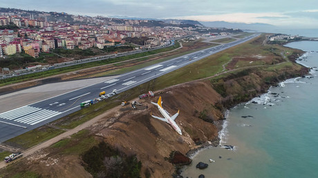Turboprop plane buffeted by gusts of wind in harrowing landing (VIDEO)
