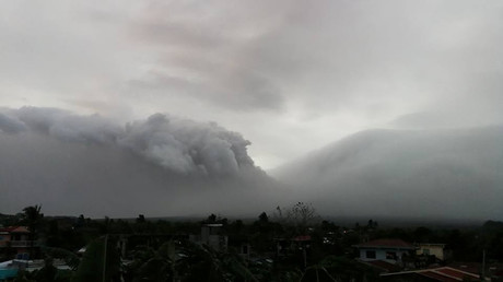 Mayon volcano in Philippines spews lava fountains & ash plumes as thousands more flee (VIDEO)