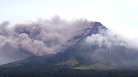 Philippines' Mayon volcano shoots lava fountains up to 700 meters (VIDEOS)