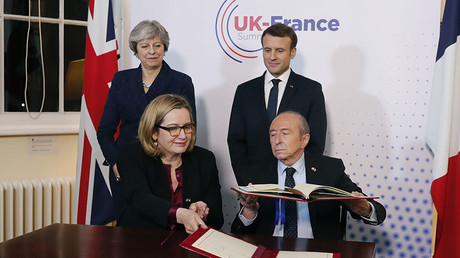 Macron and May sign treaty to deal with migrants in Calais (VIDEO)