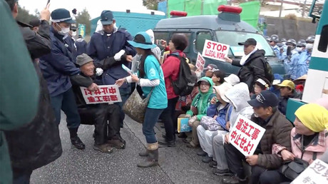 Trucks v protesters: Okinawa police forcibly remove anti-US base sit-in (VIDEO)