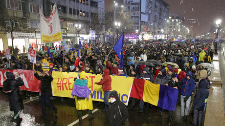 Scuffles in Bucharest as thousands protest corruption (VIDEO)