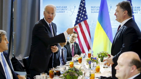 The US Vice President Joe Biden (L) jokes that Ukraine's President Petro Poroshenko (R) is buying lunch, before sitting down to their bilateral meeting at the Nuclear Security Summit in Washington March 31, 2016. © Jonathan Ernst