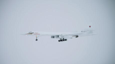 Tu-160 Blackjack piercing snowy skies at low altitude caught on camera (VIDEO)