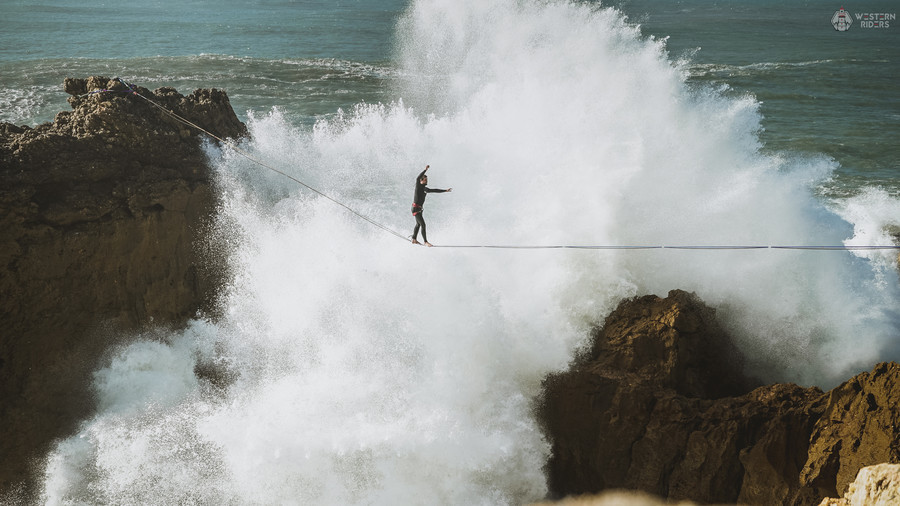 Daredevil's spine-chilling tightrope stunt above violent waves hits dramatic snag (VIDEO)