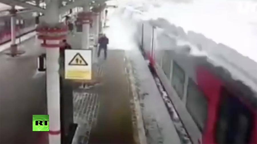 Snowmobile: 'Avalanche' engulfs Moscow train station (VIDEO)