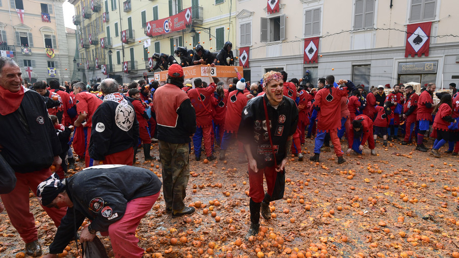 Italian 'noblemen & commoners' beat the pulp out of each other in annual Battle of Oranges (VIDEO)