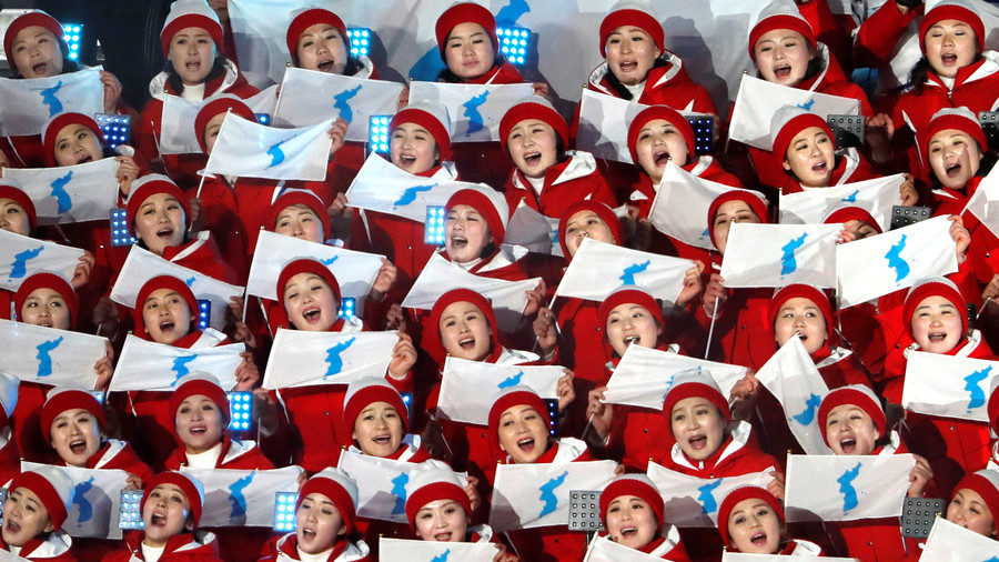 Gold medal for enthusiasm: All eyes on N. Korea's cheerleaders in PyeongChang (VIDEOS)