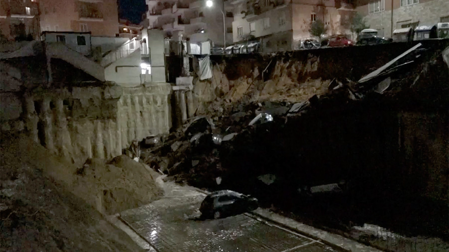 Huge sinkhole swallows cars, prompts evacuations in Rome (VIDEO)
