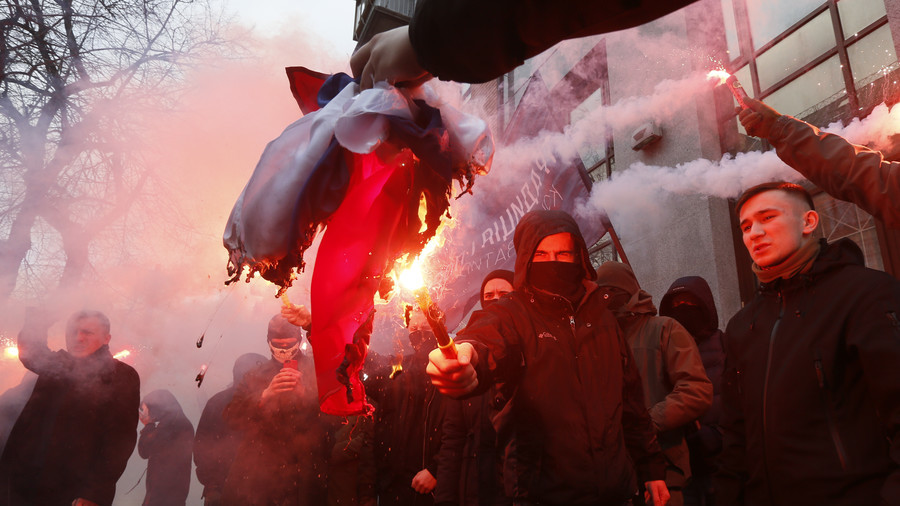 Ukrainian radicals storm Russian cultural center in Kiev, burn Russian flag (PHOTOS)