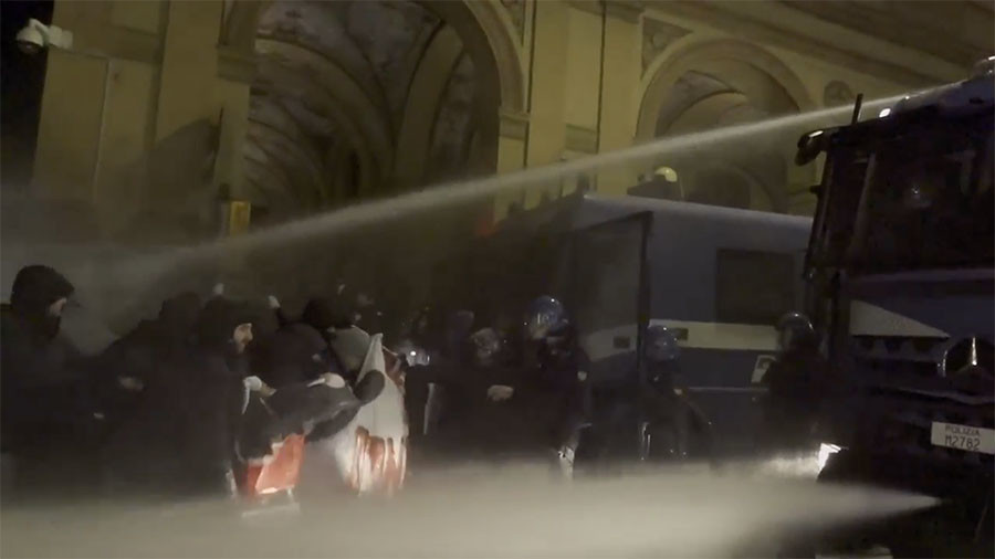 Anti-fascists clash with police as far-right demonstrators take to Italian streets (VIDEOS)