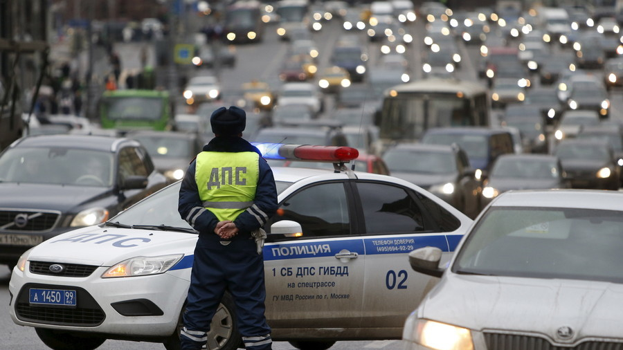 Mounting a car, smashing rear window: Russian cop detains hijacker (VIDEO)