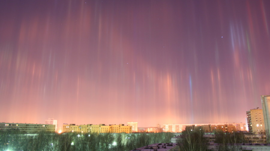 Spectacular light pillars illuminate St. Petersburg skies (PHOTOS)