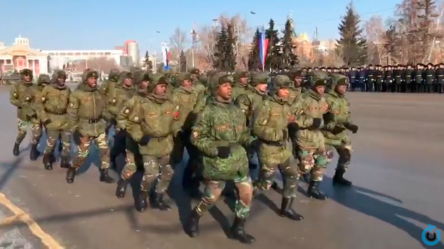 Angolan army dance in Siberian city on Russian national holiday (VIDEO)