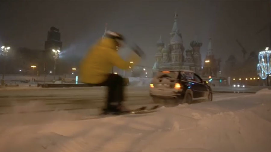 Thrill-seeker 'free rides' near snowed-in Red Square after freak Moscow storm (VIDEO)