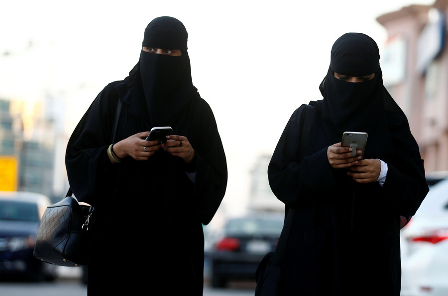 Saudi cleric says women shouldn't be forced to wear abayas