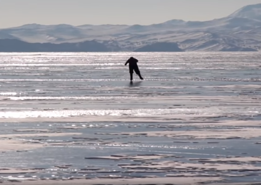 Baikal babushka: Siberian granny skates to work across world's deepest lake (VIDEO)