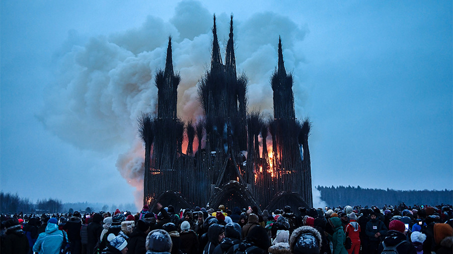 Revelers torch 30m-high wicker 'Gothic cathedral' as part of folk celebration (VIDEO)