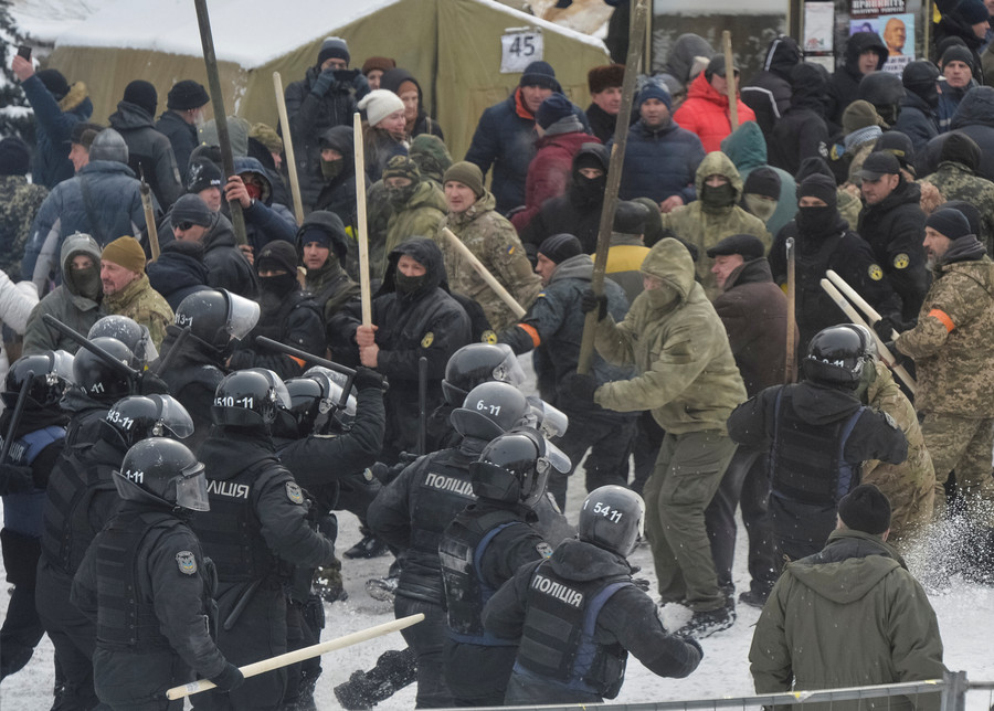 Clubs, stones & Molotovs: 13 officers injured in clashes with protesters in Kiev (VIDEO)