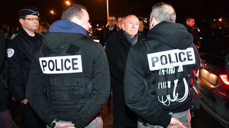 French Interior Minister Gerard Collomb (C) meets with gendarmes on February 2, 2018 in Calais, northern France, following a large brawl between a hundred migrants which resulted in several injuries © PHILIPPE HUGUEN