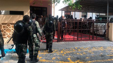 Security forces arrive at parliament in the Maldives. © Simwarr